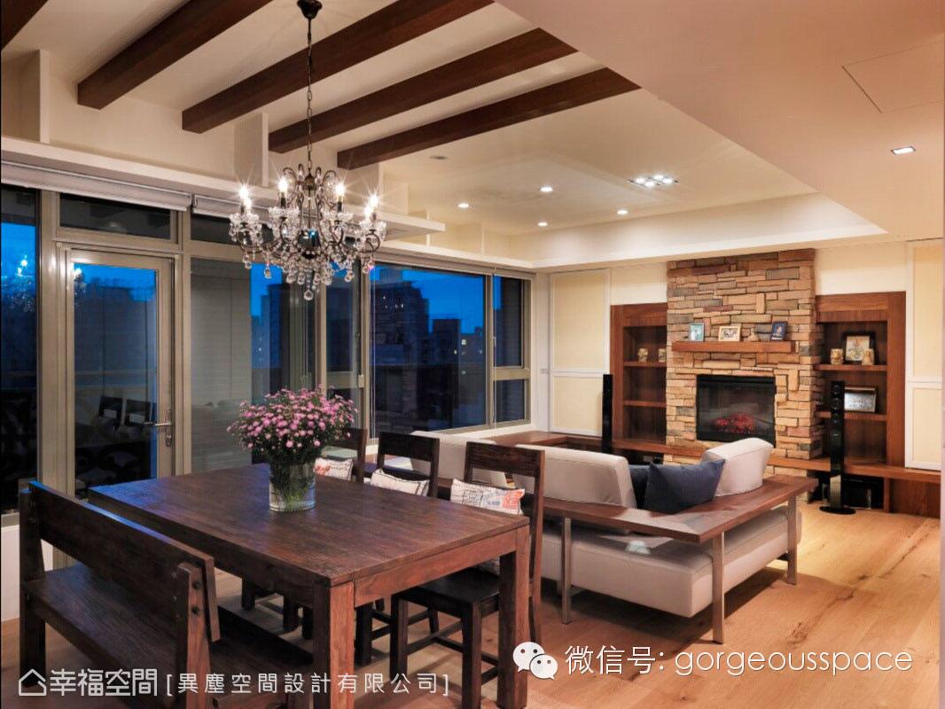 客厅主墙以文化石内嵌壁炉造型设计,搭配家庭剧院,建构国外度假的