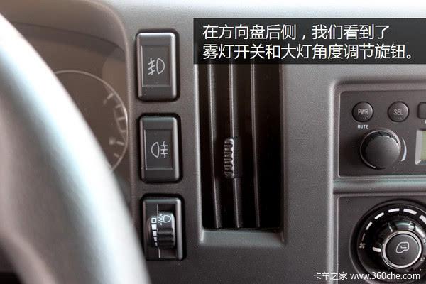 在方向盘后侧,我们看到了雾灯开关和大灯角度调节旋钮.图片