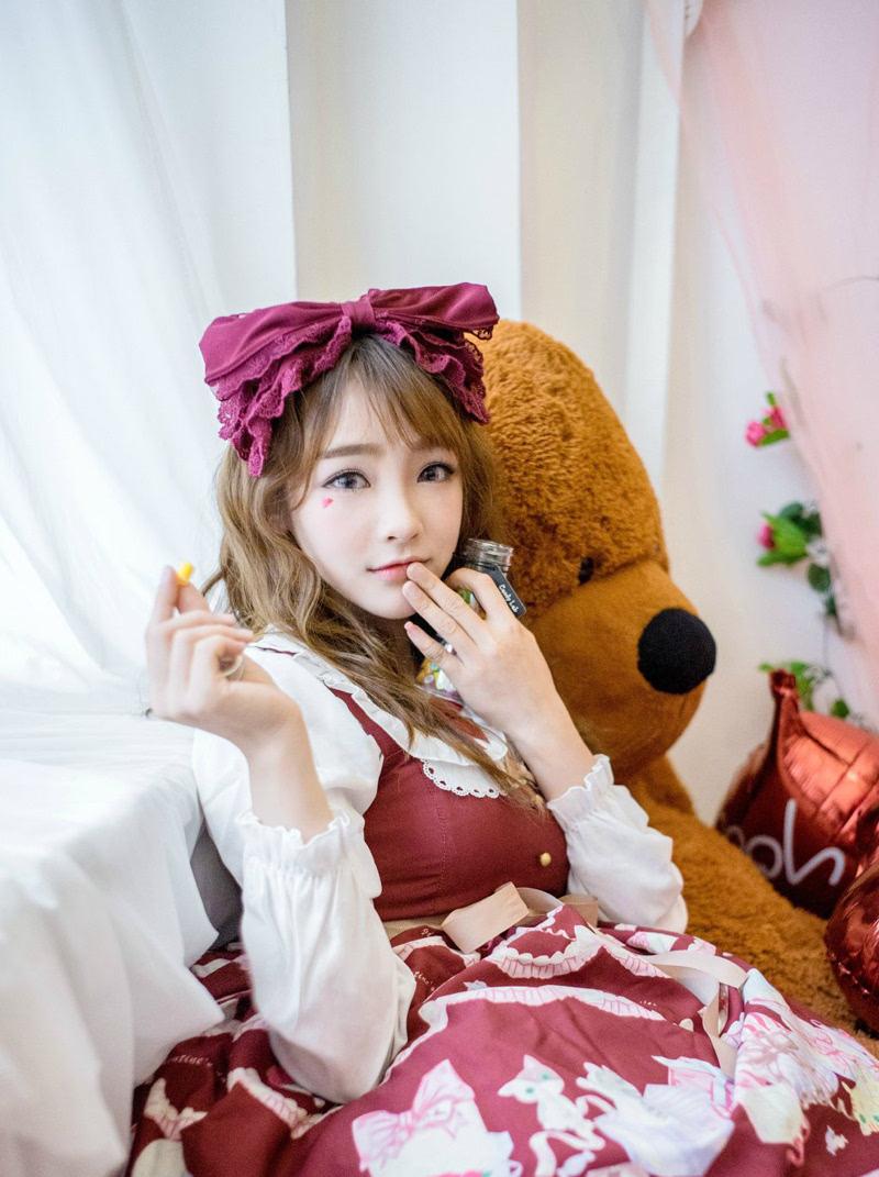 可爱萌妹蜜糖大熊相伴度过甜蜜下午茶