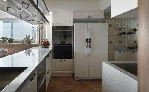 厨房设计:长形的中岛设计,具有洗涤槽与收纳机柜的功能;大尺度更可以