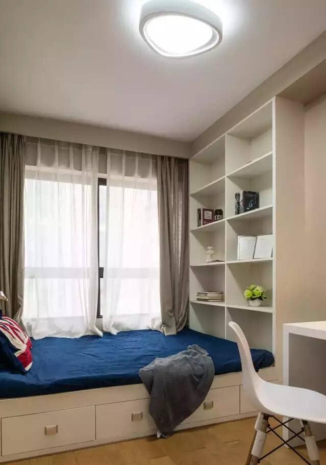 次卧用榻榻米做床,更好的利用空间,晒着太阳躺着读一本书,太惬意了.图片