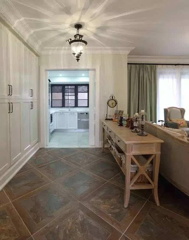 过道 客厅沙发背后走廊一边是收纳柜子,一边放置低柜.往里是厨房.图片