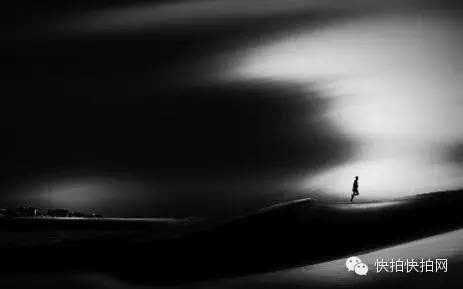 黑白强对比调子,奔跑的人,像是游戏中的一个角色,或者人生便如戏,常常