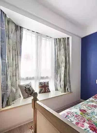 主卧床头背景用了蓝色乳胶漆,点缀了整个房间,飘窗用的是大理石材