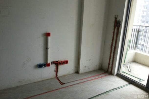 毛坯房施工要点 毛坯房装修流程   毛坯房装修流程   一、明确装修面积,了解墙面尺寸。   1、明确装修过程涉及的面积。特别是贴砖面积、墙面漆面积、壁纸面积、地板面积。   2、明确主要墙面尺寸。特别是以后需要设计摆放家具的墙面尺寸。   二、合理拆改,巧用空间。   主要包括拆墙、砌墙、铲墙皮、拆暖气、换塑钢窗等等。拆改完的垃圾,要及时清理出去,保证室内的清洁,也是为了方便施工。水电改造,安排好每个空间的用途,尽量做到不后悔。砖上了墙、吊顶一封上,再想加插座可就难咯。所以,一定要确定好开关、灯具
