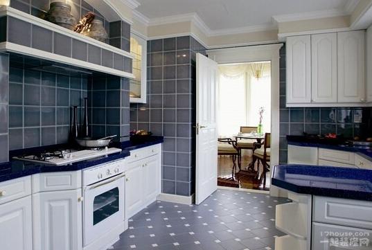 厨房墙壁瓷砖颜色搭配技巧   暖色系厨房热情活泼   往往暖色系厨房在进行厨房地砖颜色选择时要格外的小心,主要就是因为厨房本来就是属于高温的环境,而暖色系顾名思义,会给人一种温暖的感觉。如果我们选择颜色过于鲜艳的厨房地砖,将会给人一种十分压抑的感觉。在进行厨房地砖颜色搭配时,一不小心就会弄巧成拙,给人一种视觉混乱的感觉。   看了小编为大家介绍厨房墙壁瓷砖颜色搭配技巧的这些内容,想必对墙壁瓷砖已经心动了吧,也有所了解了吧,小编也希望介绍的这些能为大家带来帮助。如果想要了解更多关于墙壁瓷砖的相关信息,