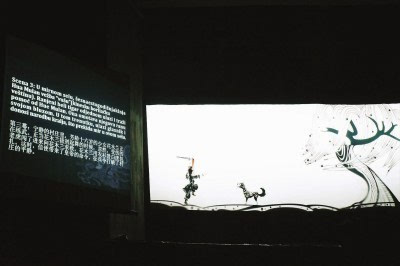 皮影戏《花木兰》采用中国水墨画的黑白底色,只在皮影人物局部点染
