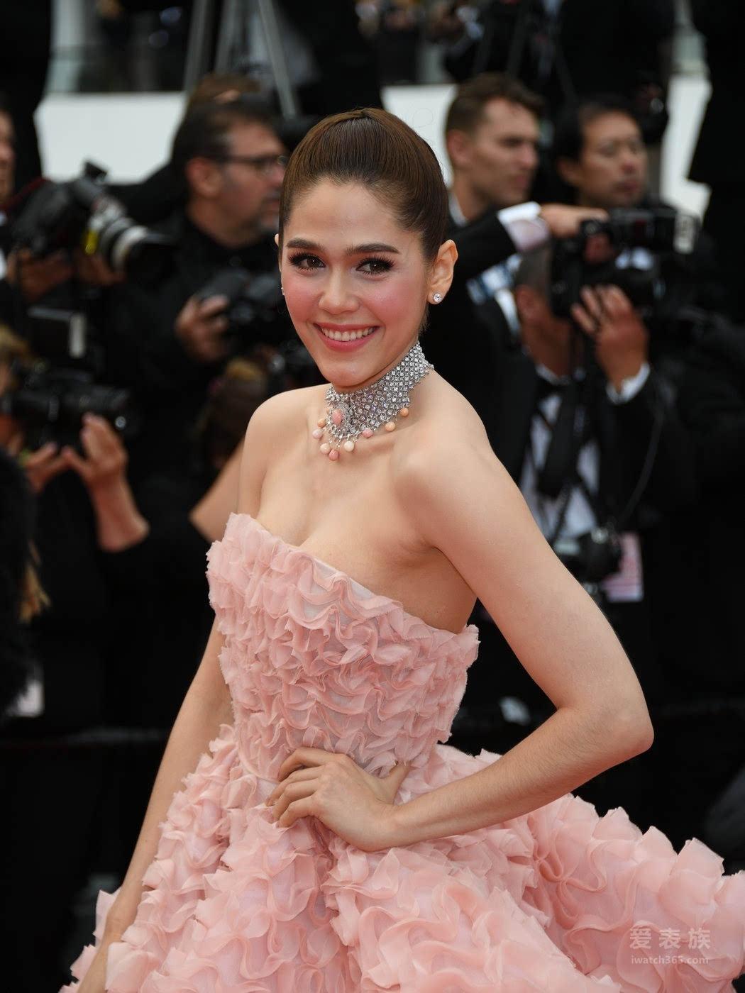 泰国女星 阿尔雅·哈吉特(Araya Hargate)佩戴一根Chopard萧邦Red Carpet系列18k白金镶嵌76.5克拉孔克珠及90.76克拉钻石项链