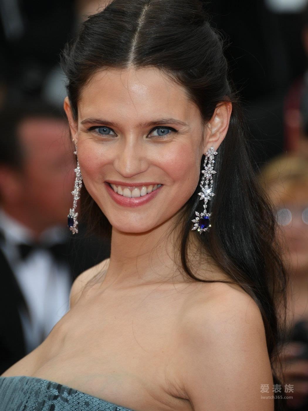 意大利超模比安卡·巴尔蒂(Bianca Balti)佩戴一对18k白金镶嵌蓝宝石和钻石耳环