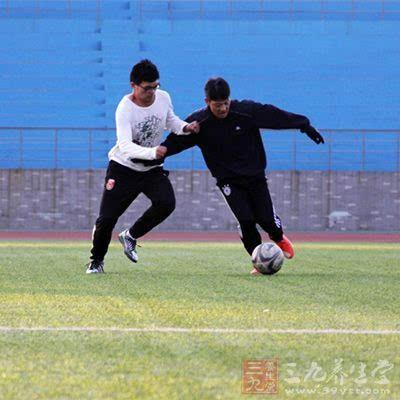 掌握不同脚法踢球的技术动作图片