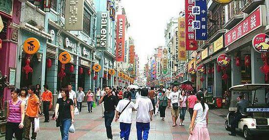 上下九步行街地处广州市荔湾区(俗称西关)的上九路,下九路,第十甫路