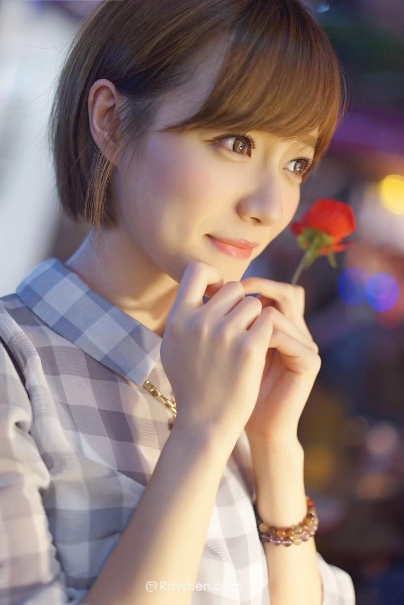 日本短发大眼美女衬衫长衣游玩写真