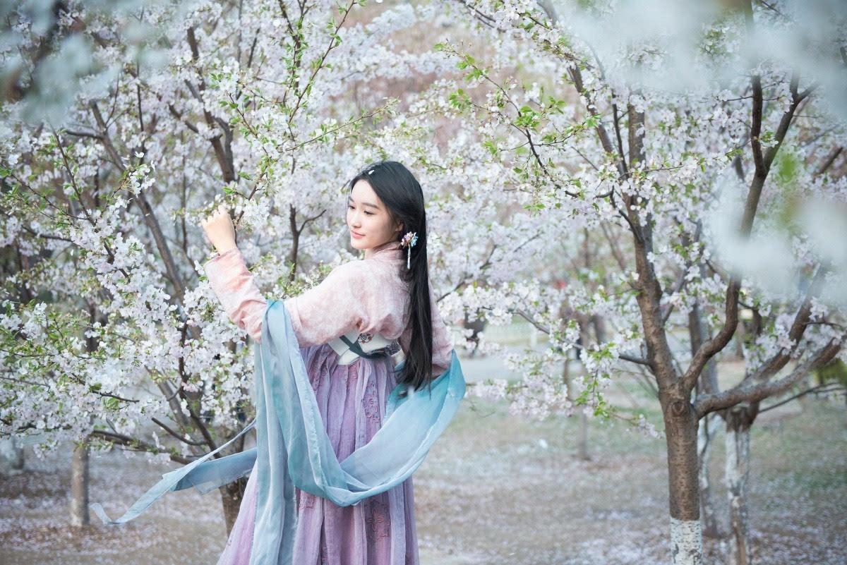 古装长发美女桃花树下唯美写真