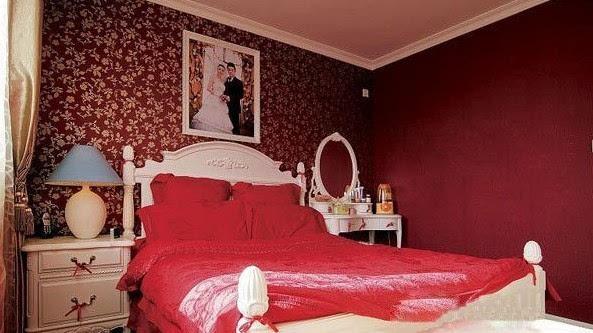 1、床头放花,易犯桃花 许多人贪图浪漫,在床头摆放鲜花、假花等,殊不知这样会让夫妻两人都容易有外遇,久而久之,就会分道扬镳,家庭破碎。 2、床离玻璃窗太近 风水书籍中记载,卧床太靠近窗户,容易导致红杏出墙。先不说这点是否确切,但现实摆在眼前,床里玻璃窗太近,造成空透无依之感。现代大都市往往楼前有楼、楼后有楼、楼边有楼,卧床过份地靠近窗户,使得卧室不能很好地保持其私密性。另外,由于城市变得日益繁杂,恼人的噪音将穿过这扇并不太厚的玻璃窗而影响您的睡眠,造成窗下多梦的后果。 3、床头嵌镜,招惹鬼魅 床头