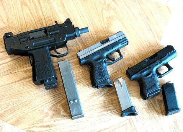 微型冲锋_图为伞兵型微型乌兹冲锋枪和手枪的对比