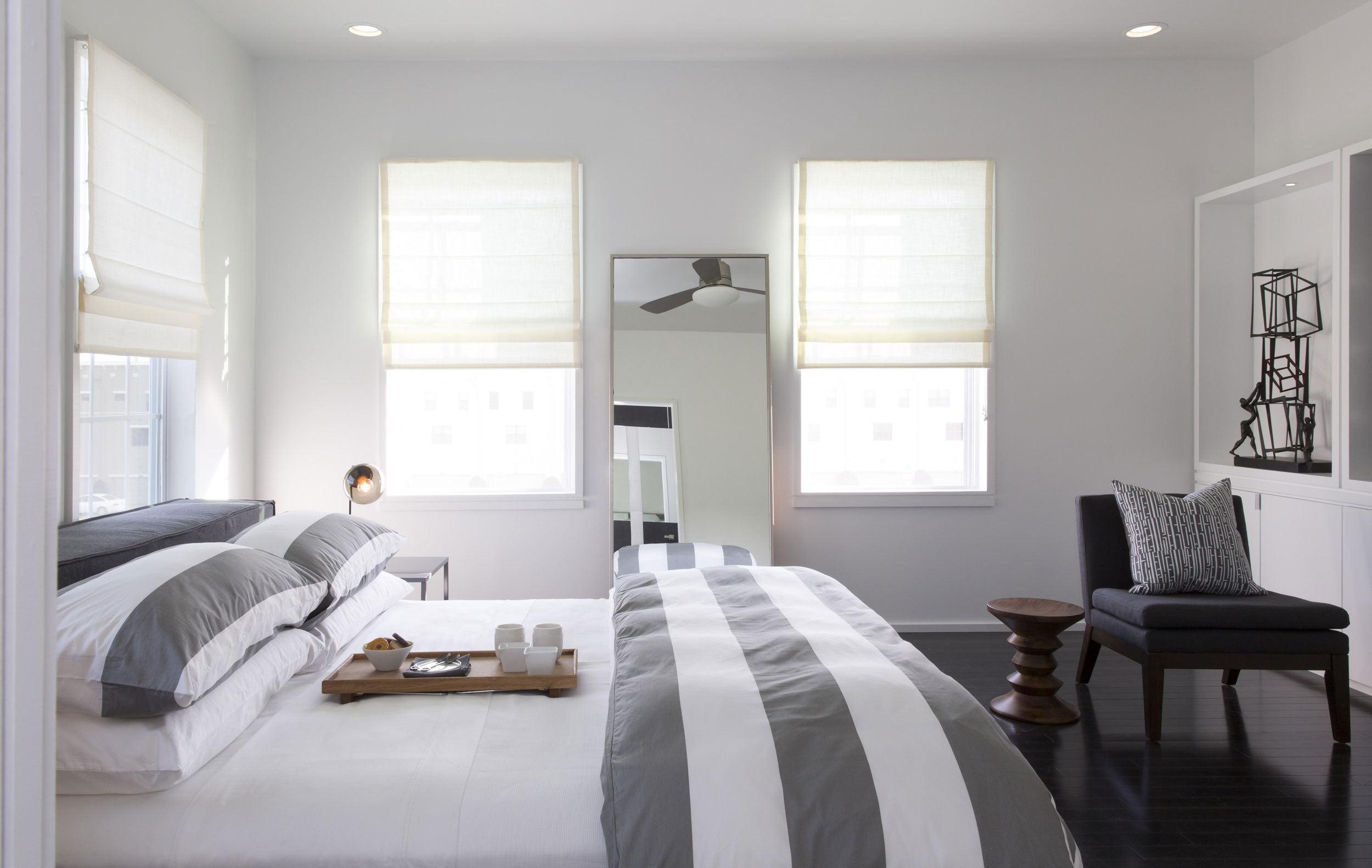 深色木地板搭配白色的墙面贯穿了整个空间