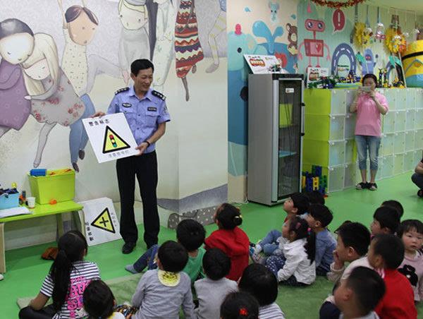 活动中,根据幼儿年龄特点和认知特征,民警利用漫画展板,幼儿交通安全
