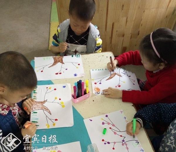 """2016年5月18日,铁清镇中心幼儿园大三班幼儿开展了""""美丽的大树""""手印"""
