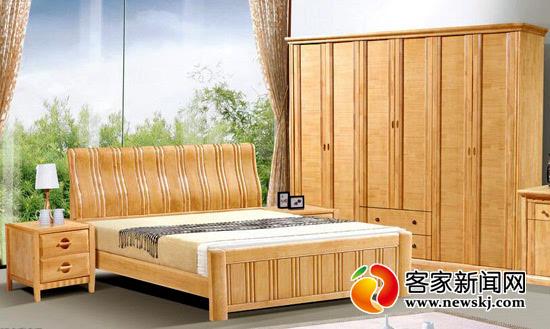 中国每3张实木床就有1张出自南康。图为南康制造的实木床。 客家新闻网讯 张石桥 记者陈洪明报道:5月19日中午,位于南康区东山街道石塘村的江西华盛宝居家具有限公司,生产车间内正在加班赶制实木床,力争在家博会前将客户的订单全部做完。近年来,该区围绕推动家具产业转型升级,不断完善产业链条、厚植良好发展环境,助推南康实木家具实现了中国实木床三分南康造的格局。 近年来,该区打造了赣州港、家具产品质量检测中心、外贸进出口服务中心、烘干中心、进口木材废料加工中心等趋于完善的公共服务平台,助推了实木家具企业如雨后春