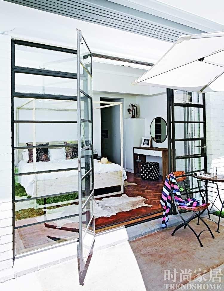 为卧室选了一张有着木质围柱帝王床,睡床直接对着可以打开的玻璃墙