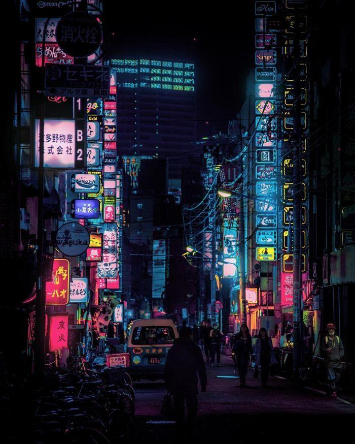 东京街头夜晚的霓虹灯