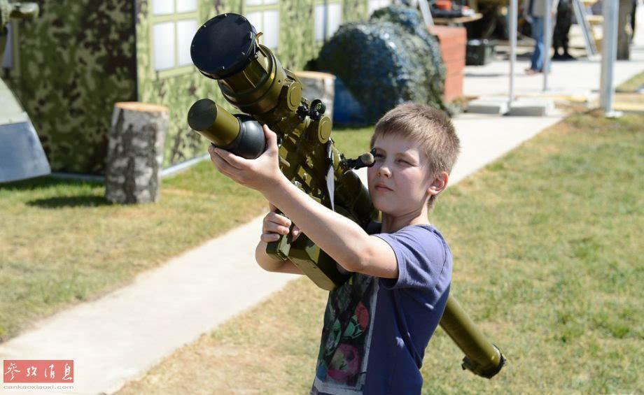 俄罗斯儿童肩扛sa-24导弹摆pose.图片