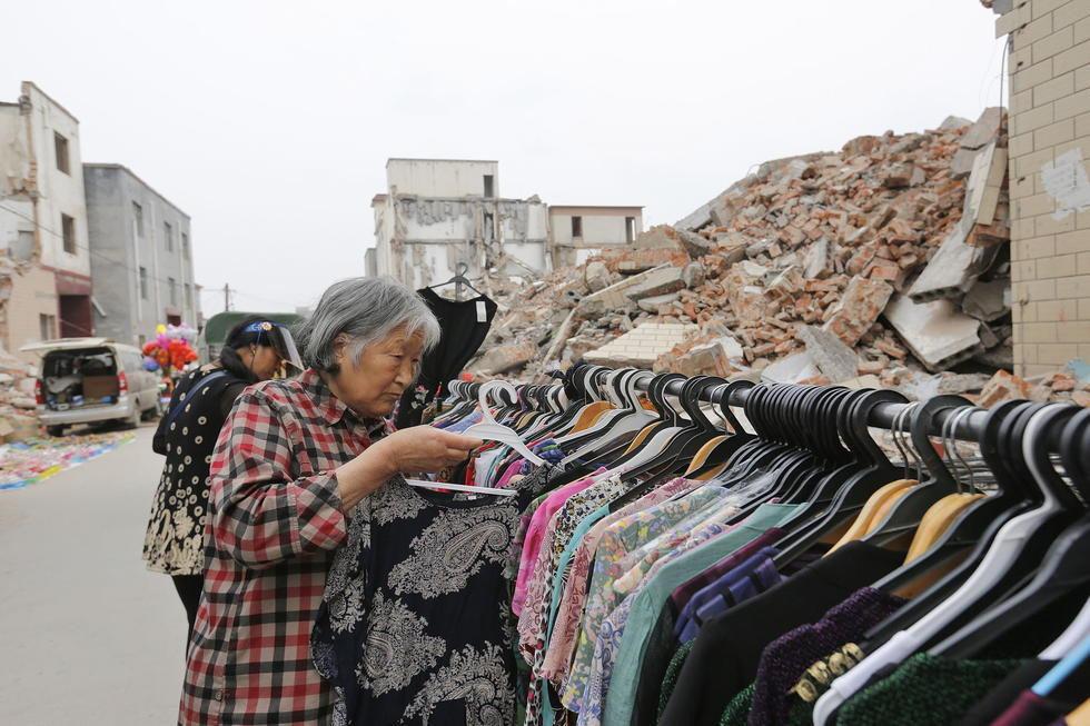 村民在废墟上赶庙会
