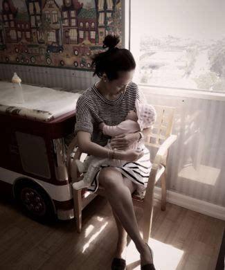 女儿醒醒则白胖可爱,躺在章子怡怀里舒舒服服,母女两人对视十分有爱.