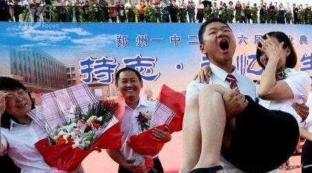 毕业生横抱女老师 老师身穿短裙尴尬捂脸 图图片
