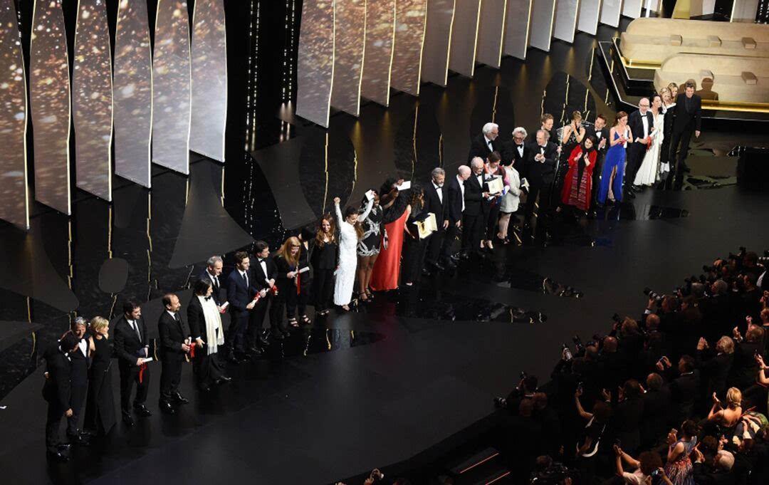 戛纳电影节影迷又给了他,大奖哀嚎真是够了喜欢看电影的英语图片