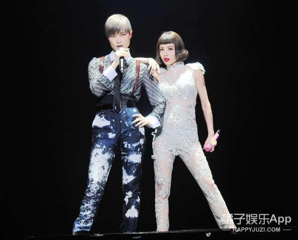 李宇春助阵蔡依林演唱会,一个帅气一个美艳就是养眼