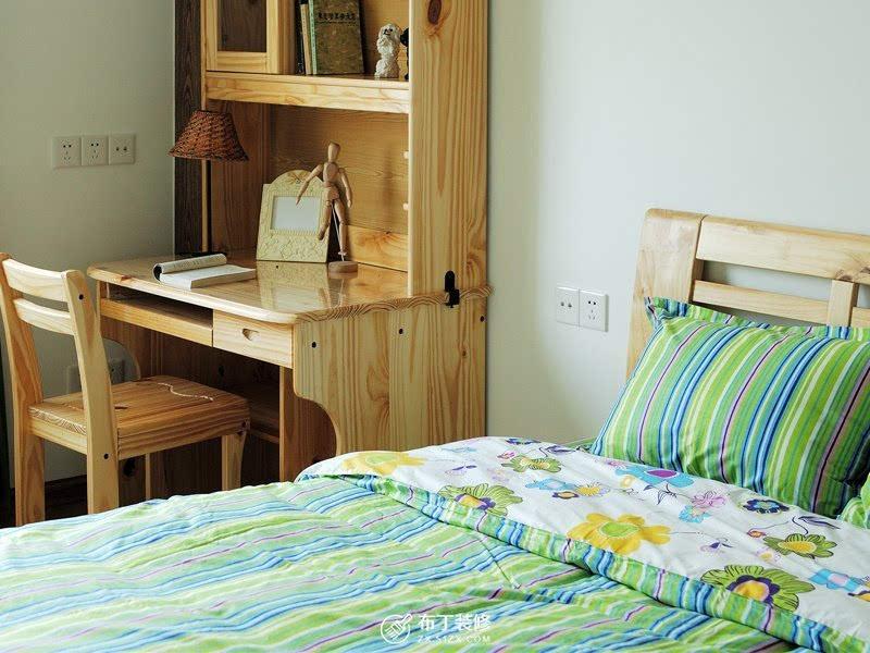 主卧欧式风情的床和梳妆台几乎占据了整个空间