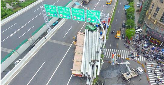 新华社五问上海中环高架事故 超载货车咋上去的图片