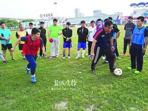 足球D级教练员培训 24名学员学习校园足球教