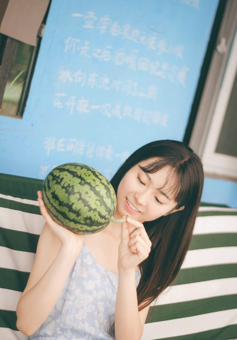 素颜清纯妹子夏日清凉西瓜解渴(1)