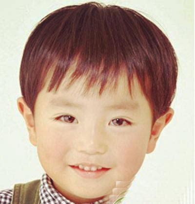 小男孩的头发是少量的有着层次感的西瓜头,齐齐的空气刘海增加了小孩