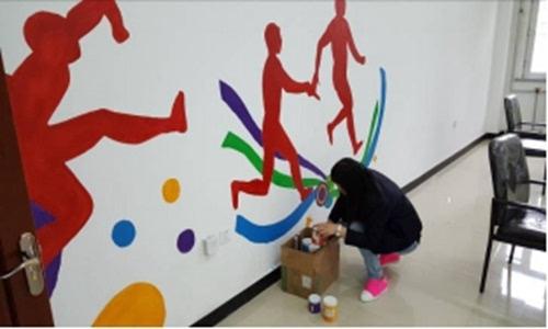 东方学院志愿者手绘墙壁画为哈南创城添彩
