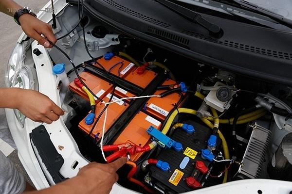 同时用电压表对行车时的电压进行记录