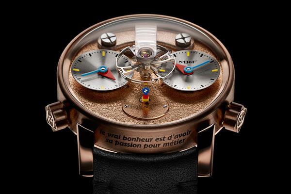 如今,Silberstein已是一位独立的腕表设计师。 他的长期合作伙伴包括MB&F。 2009年,他以Bauhaus为灵感,与MB&F首次合作,打造了HM2.2 Black Box Performance Art系列时 计 。 LM1 Silberstein限量发行,三种材质各12枚,分别为红金、钛金和PVD镀黑钛金。