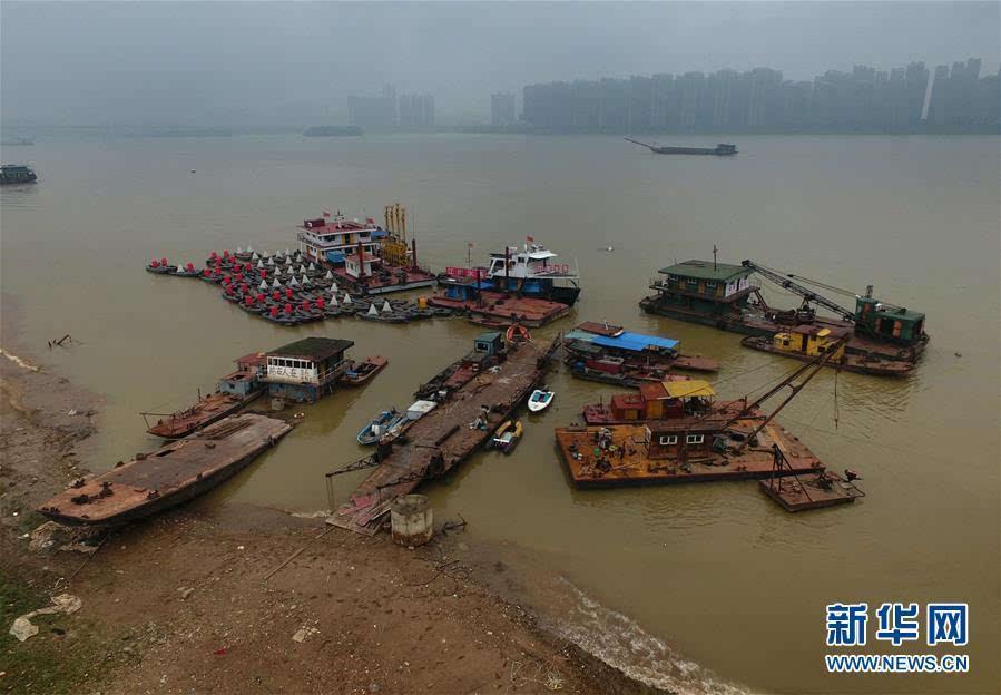 1/2张 查看原图  列表视图 评论 分享 高水位下的长沙湘江边一处船舶停靠锚地(5月27日摄)。连日来,受强降雨等影响,长沙湘江持续30米以上高水位。据长沙水文站监测数据显示,截至27日13时31分,长沙湘江水位处于31.58米,远高于26.35米的湘江千吨级航道设计水位。气象部门预计,未来三日湖南仍有明显降雨,局部地区暴雨,防汛形势严峻。目前,当地防汛部门严密监控湘江雨情、水情的变化,确保防洪安全。新华社记者 龙弘涛 摄