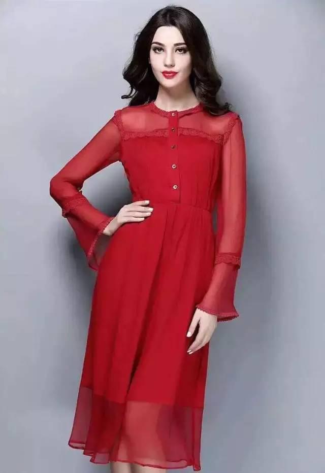 法国女人优雅且有魅力,是全球皆知的,她们很少穿得不好,因为在她们看