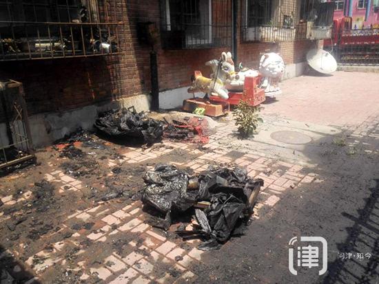 电动玩具摇摇车起火 一楼居民窗户被引燃