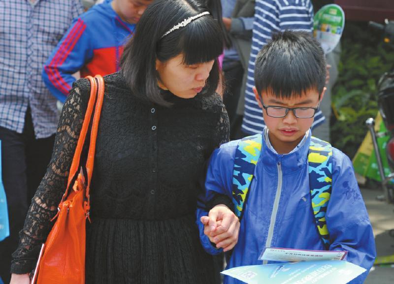 我是一名小升初学生的家长,5月30日,成都外国语学校、成都实验外国语学校、七中嘉祥外国语学校等民办学校举行小升初本地生面谈测试.图片