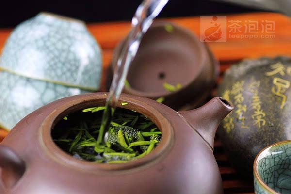 再是掌握好适当的水温,泡茶80度为宜,高注醒茶,环注泡茶,至于每道茶的浸泡、闷盖的时间控制,须视茶芽嫩度条索而定。每道出尽水后,应立即开盖降温以防将茶闷熟。   挑选合适的紫砂壶,再用恰当的泡茶方法,用紫砂壶泡绿茶不但不多余,还有另一种喝绿茶的感受。   编辑:茶泡泡网小乔   我要点赞加入收藏