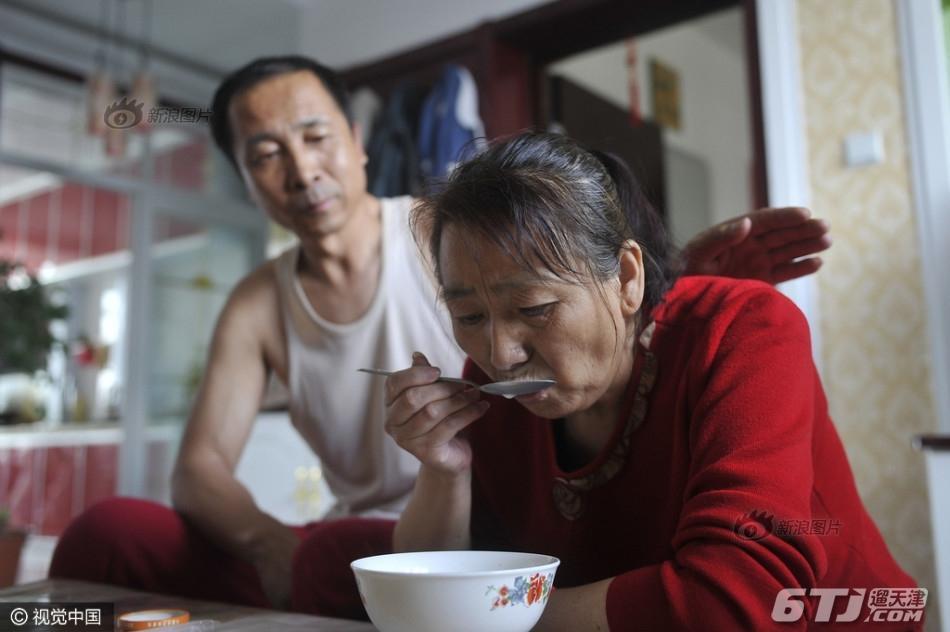 养父母嘴对嘴喂食脑瘫弃婴15年 山西大同清洁工李焕梅
