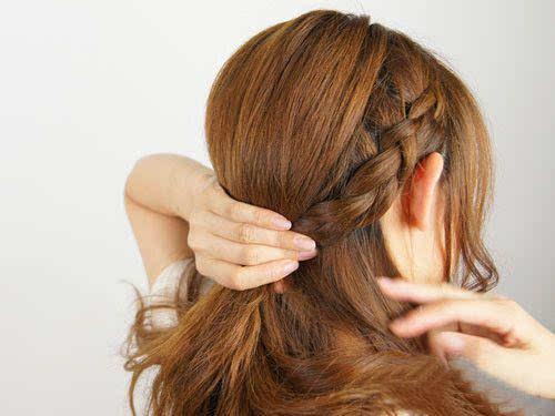 学生编发侧扎发发型,从编发开始做头发,扎发梳在脑袋一侧,用发带扎