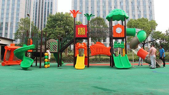 大门就是新港湾幼儿园的户外活动场所,里面已经配备了齐全的游乐设施