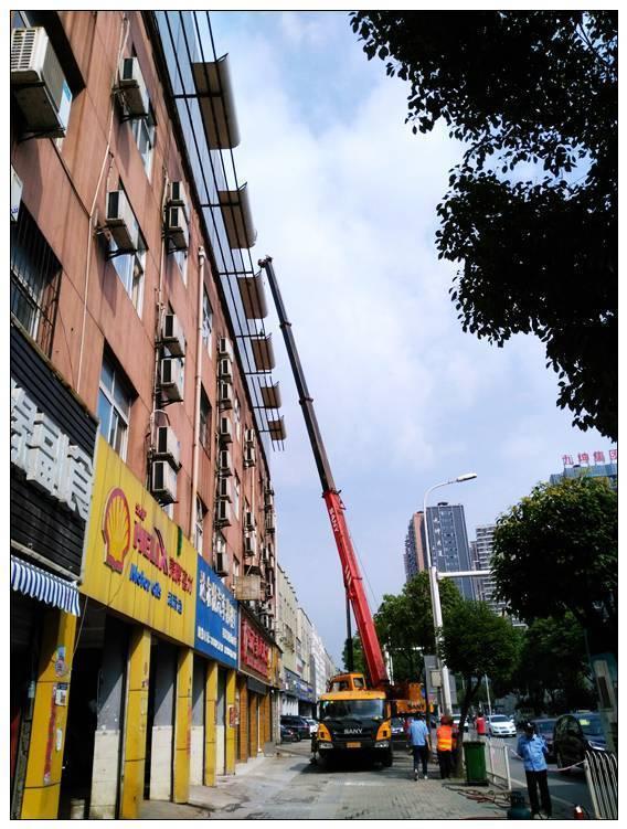 该广告牌在墙体设置钢结构架子,被安装于钢型结构架上.