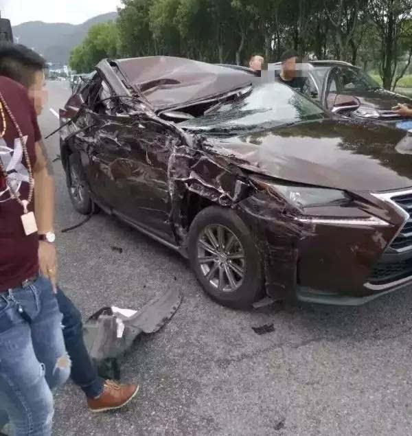 [突发]滨海大道发生惨烈车祸,小车右侧损毁严重,目前司机已经送往医院