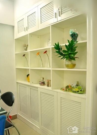 左门进厨房个展示柜加上三间卧室所有的衣柜,书桌,找木工做的一起1